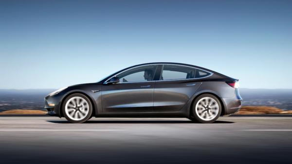 Tesla Model 3 minimalist tasarımıyla dikkat çekiyor-1