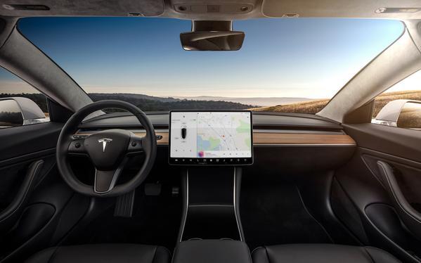 Tesla Model 3 minimalist tasarımıyla dikkat çekiyor-2