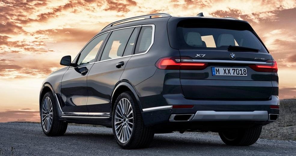 BMW X7 arka görünümü