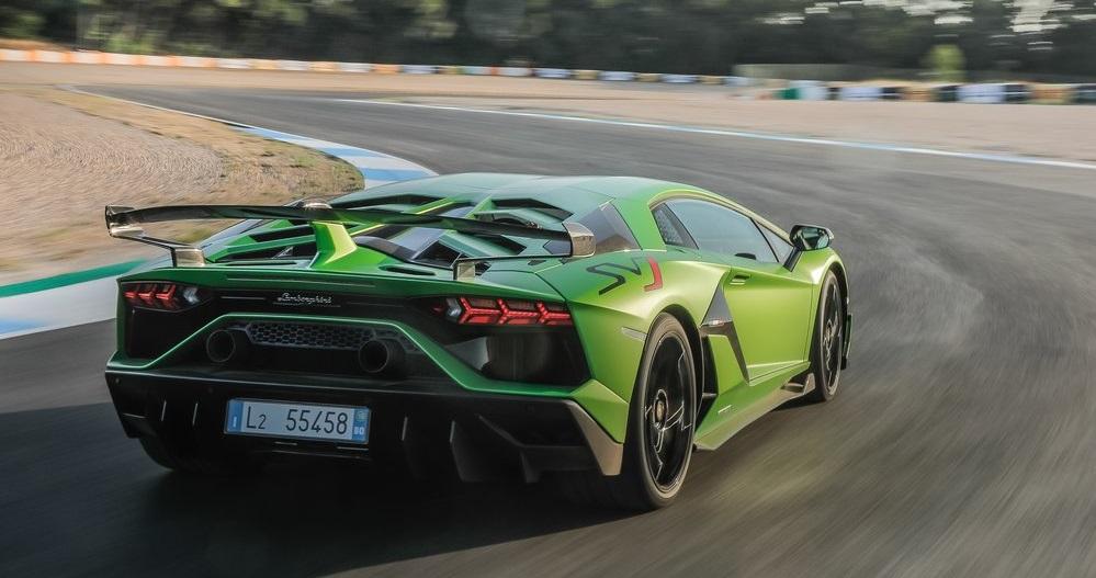 Lamborghini Aventador SVJ arka görünümü