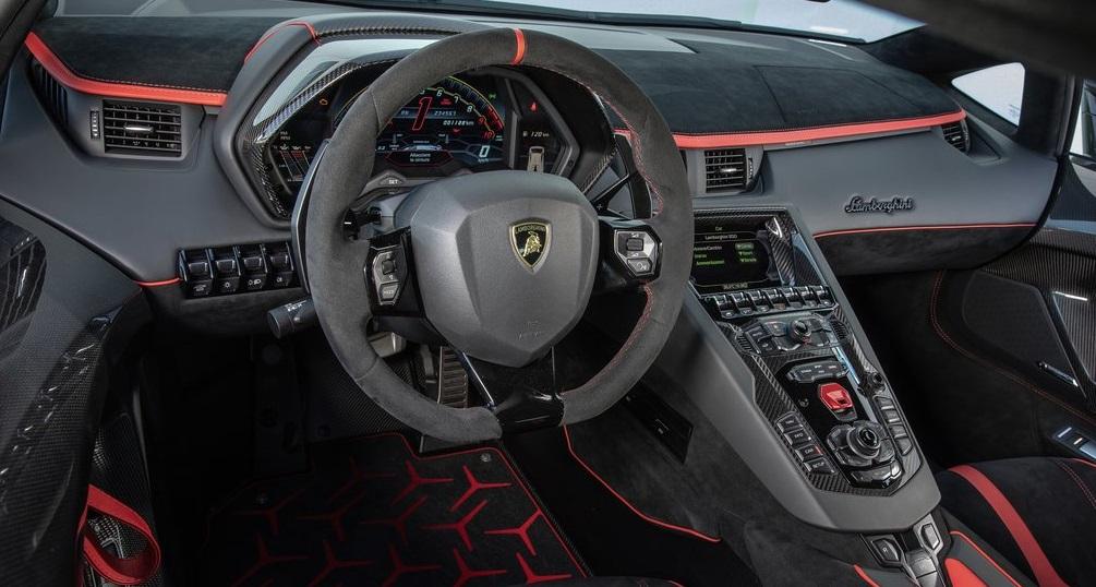 Lamborghini Aventador SVJ ön konsolu
