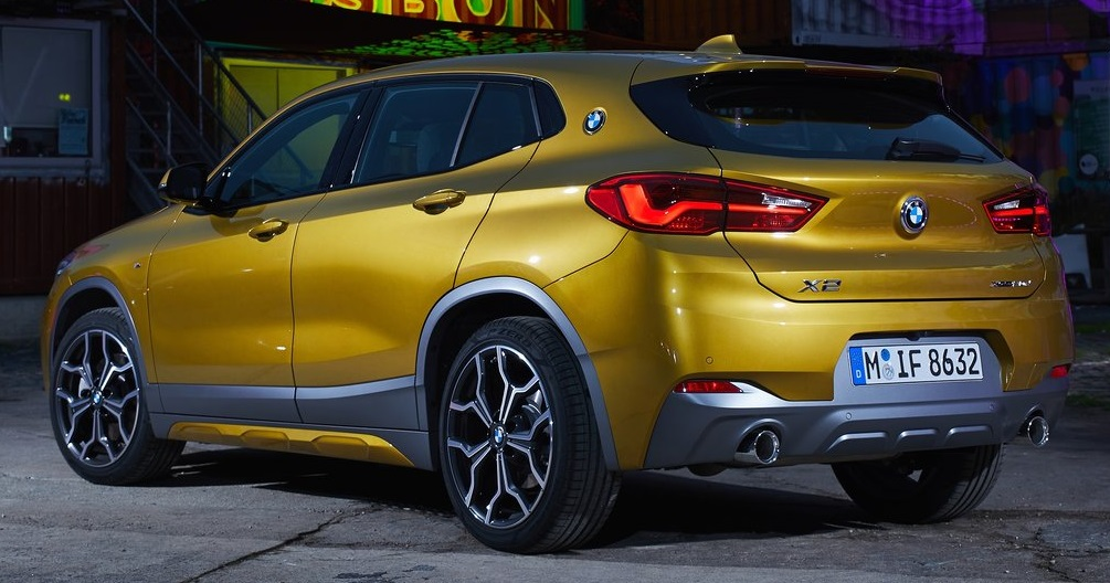 BMW X2 arka görünümü