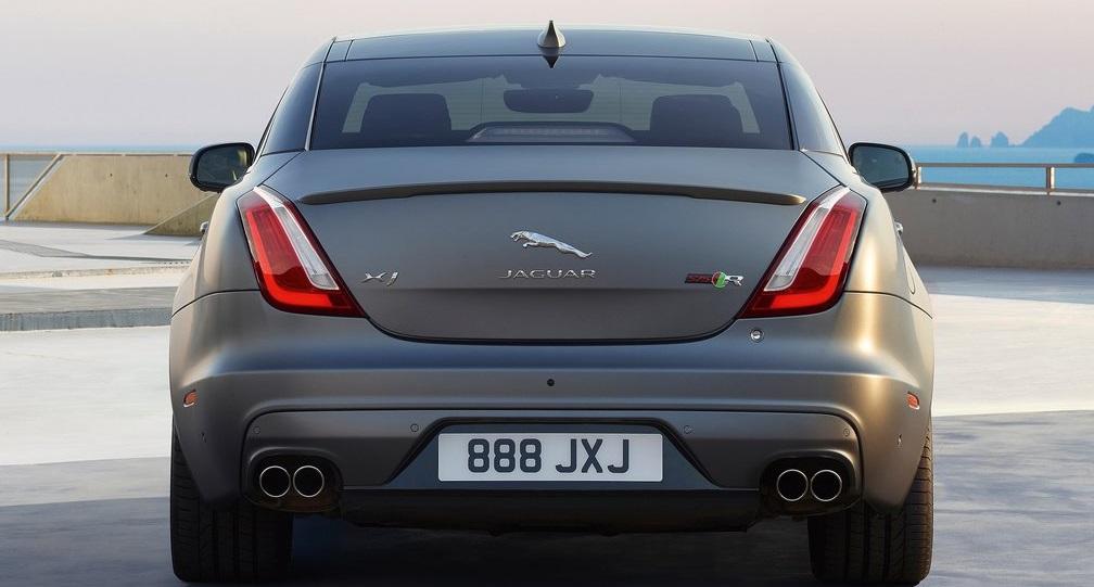 Jaguar XJR575 arka görünümü