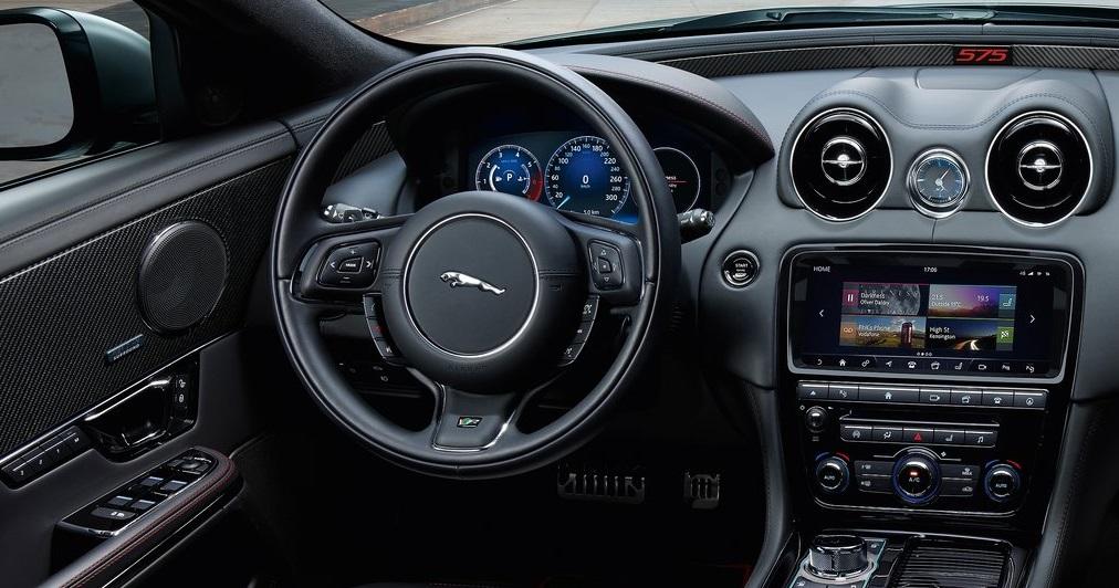 Jaguar XJR575 ön konsol görünümü